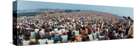 Seated Crowd Listening to Musicians Perform at Woodstock Music Festival Trykk på strukket lerret