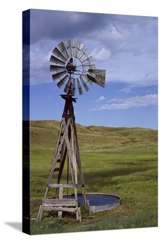 Windmill and Cattle Tank on the Prairie Pingotettu canvasvedos