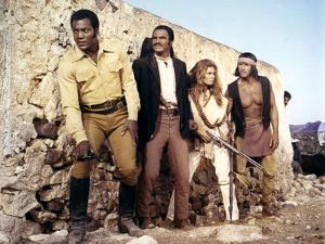 100 RIFLES, 1969 directed by TOM GRIES with Jim Brown, Burt Reynolds and Raquel Welch (photo)