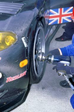 1999 Chrysler Viper,fia gt silverstone 500,wheel gun in pits