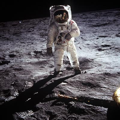 https://imgc.allpostersimages.com/img/posters/1st-steps-of-human-on-moon-american-astronaut-edwin-buzz-aldrinwalking-on-the-moon_u-L-PWGKYG0.jpg?artPerspective=n