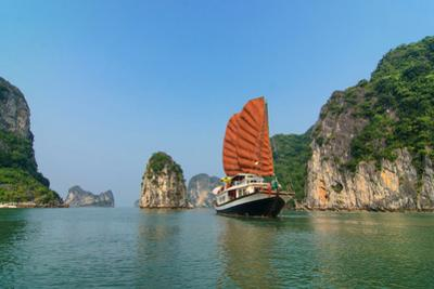 Halong Bay (Quangninh, Vietnam) by 8creative.vn