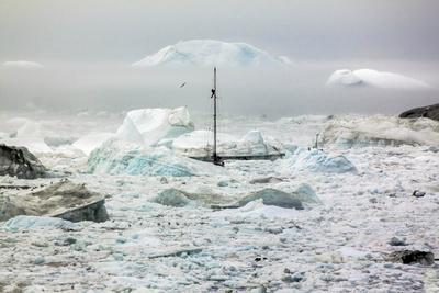 https://imgc.allpostersimages.com/img/posters/a-boat-sailing-on-the-pack-ice-disko-bay-ilulissat-groenland_u-L-Q10VHN70.jpg?p=0