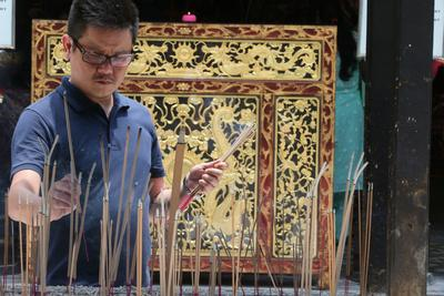 https://imgc.allpostersimages.com/img/posters/a-chinese-man-praying-and-offering-incense-thian-hock-keng-temple-singapore_u-L-Q1GYIEE0.jpg?artPerspective=n