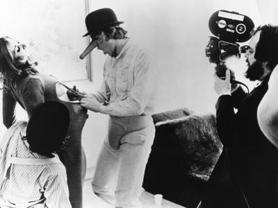A CLOCKWORK ORANGE, 1971 directed by STANKEY KUBRICK On the set (b/w photo)