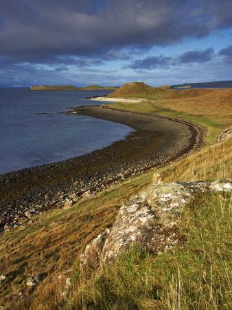 https://imgc.allpostersimages.com/img/posters/a-view-towards-the-coral-beaches-near-dunvegan-isle-of-skye-scotland-united-kingdom-europe_u-L-PFNRU80.jpg?p=0