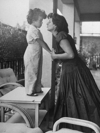 https://imgc.allpostersimages.com/img/posters/actress-anna-magnani-posing-with-child-standing-on-table_u-L-P76SRB0.jpg?p=0