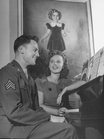 https://imgc.allpostersimages.com/img/posters/actress-shirley-temple-sitting-at-the-piano-with-sgt-john-agar_u-L-PEG3C90.jpg?artPerspective=n