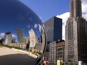 Cloud Gate sculpture in Millennium Park, Chicago, Illinois, USA by Alan Klehr