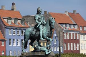 Denmark, Copenhagen, Nyhavn district in city center. Statue of the Bishop of Absalon by Alan Klehr