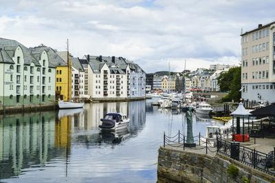 https://imgc.allpostersimages.com/img/posters/alesund-noted-for-its-art-nouveau-achitecture-norway-scandinavia-europe_u-L-Q12SEKY0.jpg?p=0