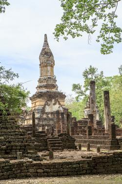 Buddhist chedi (stupa) and temple in Si Satchanalai Historical Park, Sukhothai, UNESCO World Herita by Alex Robinson