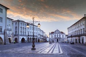 Giraldo Square (Praca Do Giraldo) in the Historic Centre, Evora, Alentejo, Portugal by Alex Robinson