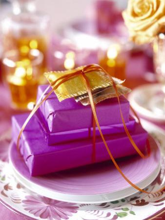 Christmas Table Setting in Violet and Gold