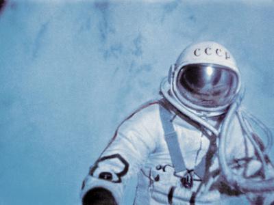 https://imgc.allpostersimages.com/img/posters/alexei-leonov-first-space-walk-1965_u-L-PZIWZX0.jpg?artPerspective=n