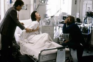 ALIENS, 1986 directed by JAMES CAMERON On the set, James Cameron directs Paul Reiser and Sigourney