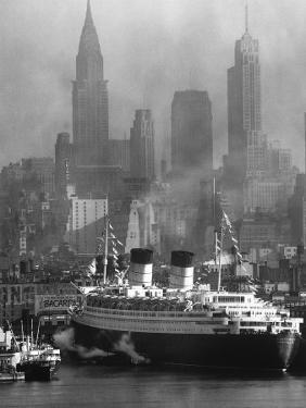 Oceanliner Queen Elizabeth Sailing in to Port by Andreas Feininger