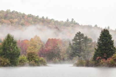 USA, New Hampshire, White Mountains, Fog drifting around Coffin Pond