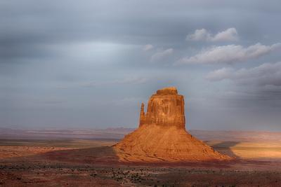 https://imgc.allpostersimages.com/img/posters/arizona-monument-valley-east-mitten-at-sunset_u-L-Q1D0GND0.jpg?p=0