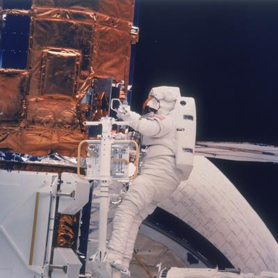 https://imgc.allpostersimages.com/img/posters/astronaut-on-shuttle-mission-41-c-1984_u-L-Q10LLJJ0.jpg?artPerspective=n