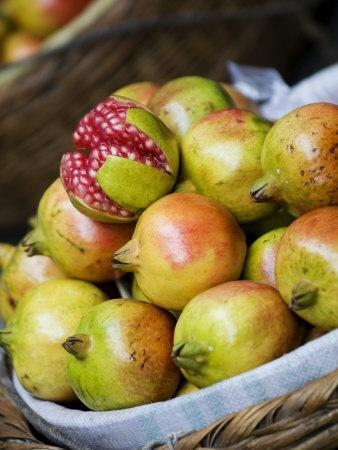 https://imgc.allpostersimages.com/img/posters/basket-of-pomegranates-xining-qinghai-china_u-L-P7XCH80.jpg?artPerspective=n