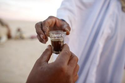 https://imgc.allpostersimages.com/img/posters/bedouins-sharing-tea-in-the-sahara-douz-kebili-tunisia_u-L-Q1GYLTM0.jpg?artPerspective=n