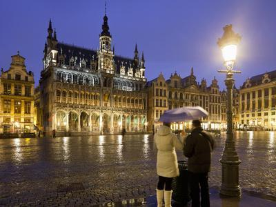 https://imgc.allpostersimages.com/img/posters/belgium-brussels-grand-place-grote-market-couple-evening_u-L-Q11YS4W0.jpg?p=0