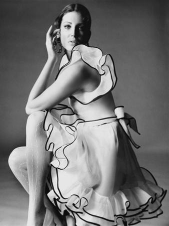 Vogue - June 1968 - Gayle Hunnicutt in Oscar de la Renta