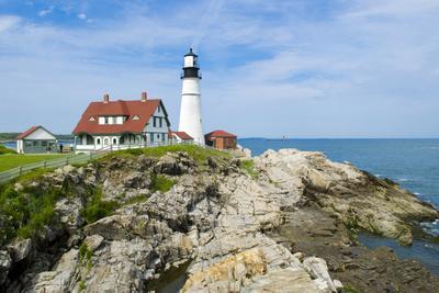 Portland, Maine, USA Famous Head Light lighthouse on rocky cliff.