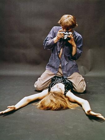 https://imgc.allpostersimages.com/img/posters/blow-up-by-michelangelo-antonioni-1912-2007-with-david-hemmings-1966-photo_u-L-Q1C3ETR0.jpg?artPerspective=n