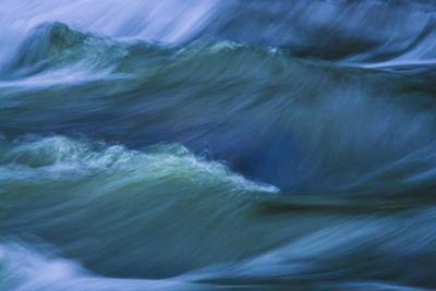 https://imgc.allpostersimages.com/img/posters/blue-choppy-waves-in-slow-motion_u-L-Q1HX95J0.jpg?artPerspective=n