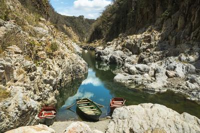https://imgc.allpostersimages.com/img/posters/boat-navigable-part-of-the-coco-river-before-it-narrows-into-the-somoto-canyon-national-monument_u-L-PWFHB50.jpg?artPerspective=n