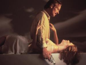 BODY HEAT, 1981 directed by LAWRENCE KASDAN William Hurt and Kathleen Turner (photo)