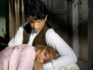 BONNIE AND CLYDE, 1967 directed by ARTHUR PENN Faye Dunaway and Warren Beatty (photo)