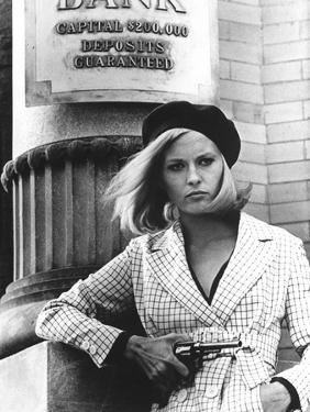 BONNIE AND CLYDE, 1967 directed by ARTHUR PENN Faye Dunaway as Bonnie Parker (b/w photo)