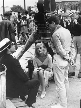 BONNIE AND CLYDE, 1967 directed by ARTHUR PENN On the set, Arthur Penn with Warren Beatty and Faye