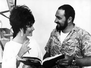BOOM !, 1968 directed by JOSEPH LOSEY On the set, Elizabeth Taylor and his brother Howard (b/w phot