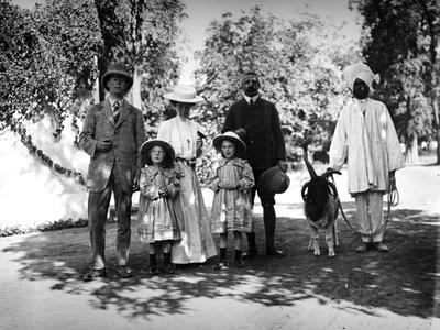 https://imgc.allpostersimages.com/img/posters/british-family-and-servant-in-india-c-1907-8_u-L-PPQTM70.jpg?p=0