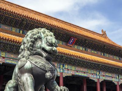 https://imgc.allpostersimages.com/img/posters/bronze-chinese-lion-female-guards-the-entry-to-the-palace-buildings_u-L-PWFLY80.jpg?p=0