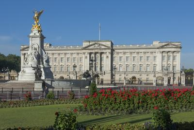 https://imgc.allpostersimages.com/img/posters/buckingham-palace-and-the-queen-victoria-monument-london-england-united-kingdom_u-L-PWFBMW0.jpg?p=0