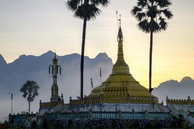https://imgc.allpostersimages.com/img/posters/buddhist-pagoda-in-a-karstic-landscape-hpa-an-kayin-state-karen-state-myanmar-burma-asia_u-L-Q12SDXX0.jpg?p=0