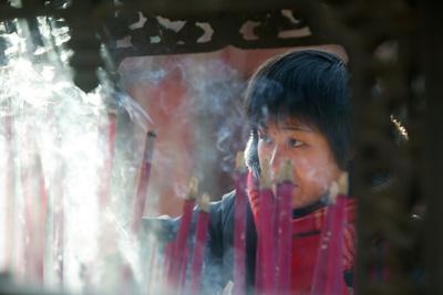 https://imgc.allpostersimages.com/img/posters/buddhist-prayer-beijing-china_u-L-Q1GYMUD0.jpg?artPerspective=n