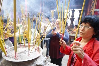 https://imgc.allpostersimages.com/img/posters/burning-incense-during-tet-the-vietnamese-lunar-new-year-celebration-thien-hau-temple_u-L-Q1GYMOP0.jpg?artPerspective=n