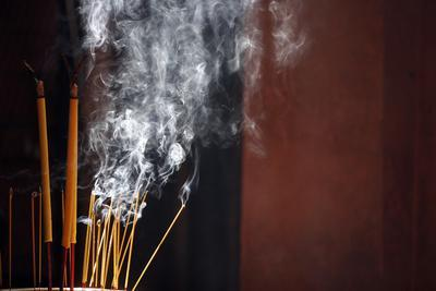 https://imgc.allpostersimages.com/img/posters/burning-incense-sticks-taoist-temple-emperor-jade-pagoda-chua-phuoc-hai_u-L-Q1GYGXH0.jpg?artPerspective=n