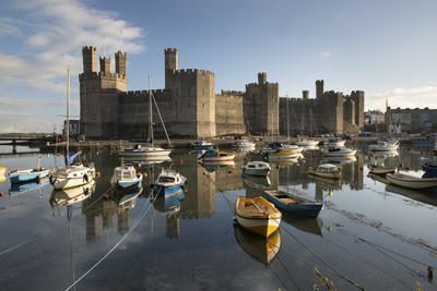 https://imgc.allpostersimages.com/img/posters/caernarfon-castle-unesco-world-heritage-site-on-the-river-seiont_u-L-PWFHKH0.jpg?artPerspective=n