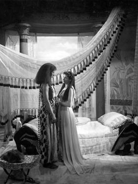 CAESAR AND CLEOPATRA, 1945 directed by GABRIEL PASCAL Flora Robson and Vivien Leigh (b/w photo)