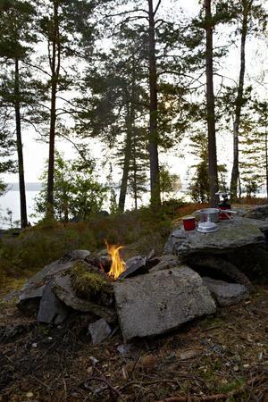 https://imgc.allpostersimages.com/img/posters/campfire-shore-lelang-dalsland-sweden_u-L-Q1EXS7I0.jpg?artPerspective=n