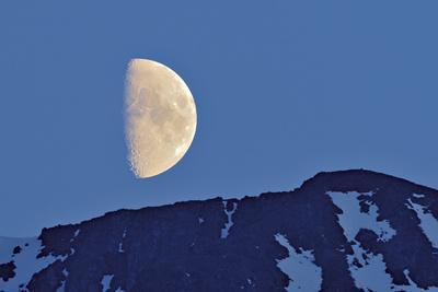 https://imgc.allpostersimages.com/img/posters/canada-british-columbia-half-moon-rising-above-mountain_u-L-Q1DFPU90.jpg?artPerspective=n