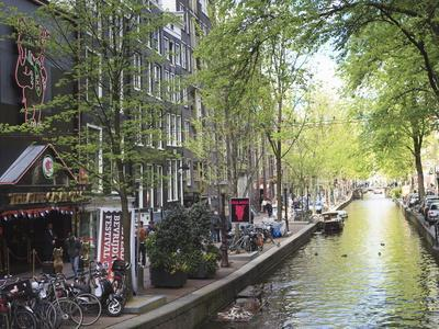 https://imgc.allpostersimages.com/img/posters/canal-in-the-red-light-district-amsterdam-netherlands-europe_u-L-PFNNR20.jpg?p=0