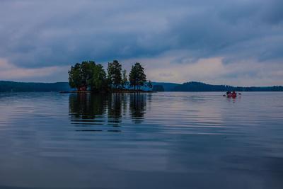 https://imgc.allpostersimages.com/img/posters/canoe-tour-at-dusk-lelang-lake-goetaland-sweden_u-L-Q1EXSKZ0.jpg?artPerspective=n